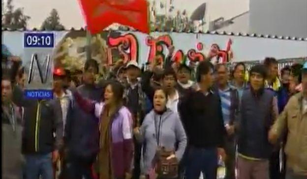 Manifestantes piden diálogo con la ministra Martens.