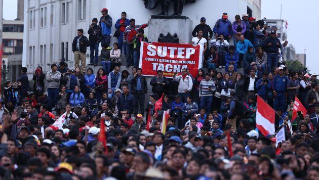 Maestros concentran en la Plaza San Martín. (Perú21)