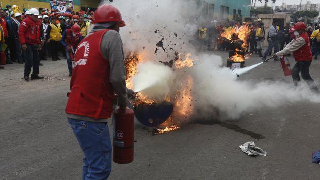 Barato. Ofrecen extintores adulterados en algunos pasajes del centro comercial Las Malvinas.