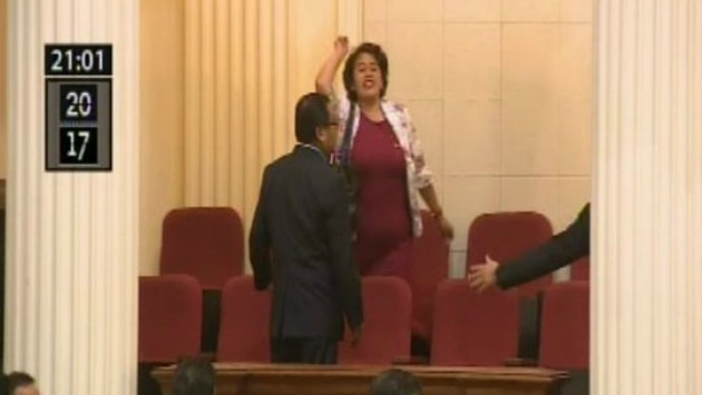 Personal de seguridad del Congreso intentaba retirar a la maestra. (Captura Canal N)