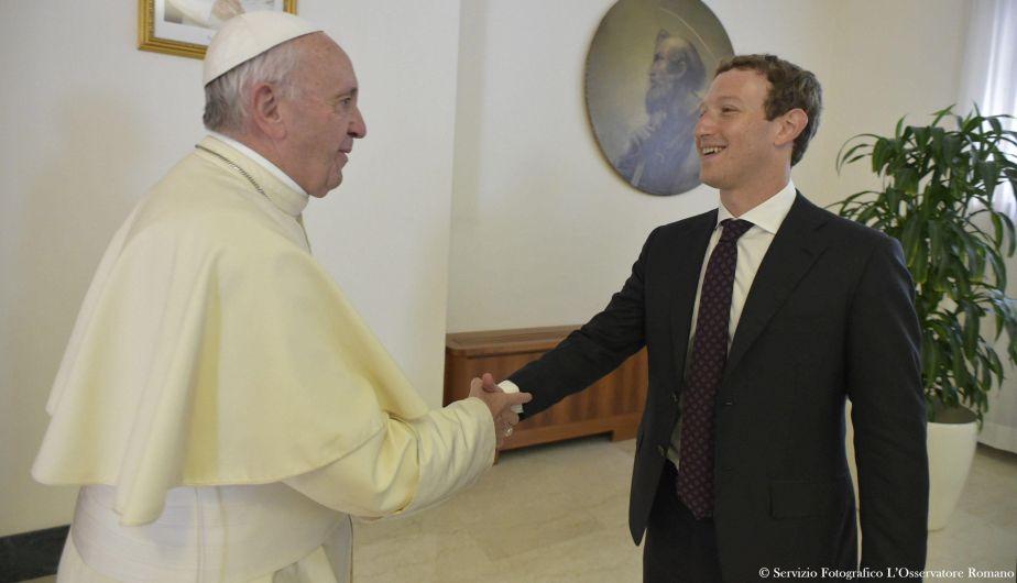 Mark Zuckerberg se reunió con el Papa Francisco y le dio un curioso regalo [Fotos]