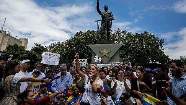 La esposa del líder de la oposición venezolana Leopoldo Lópéz, Lilian Tintori, recibe a un grupo de personas en silla de ruedas seguidoras de la oposición venezolana a su llegada a Caracas. (EFE)