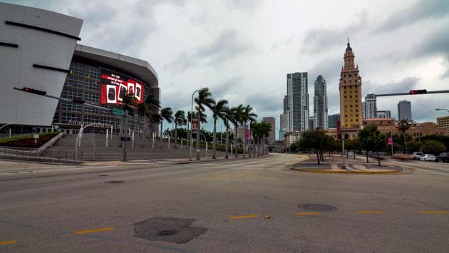 La tormenta más poderosa de los últimos diez años ha dejado el centro de Miami, Florida, vacío. (AFP)