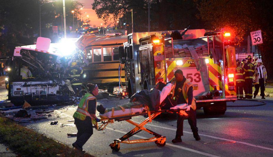 Al menos 6 muertos dejó choque entre autobús y automóvil en Estados Unidos [Fotos]
